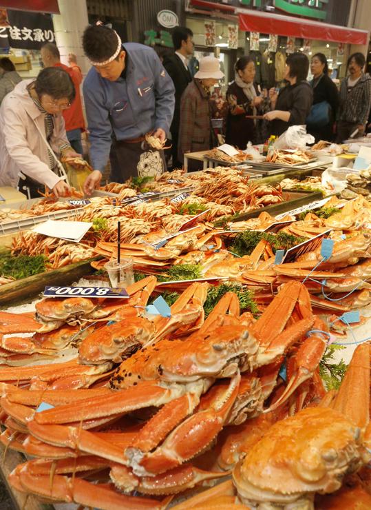 店頭に並んだ「加能ガニ」=7日午前10時40分、金沢市の近江町市場