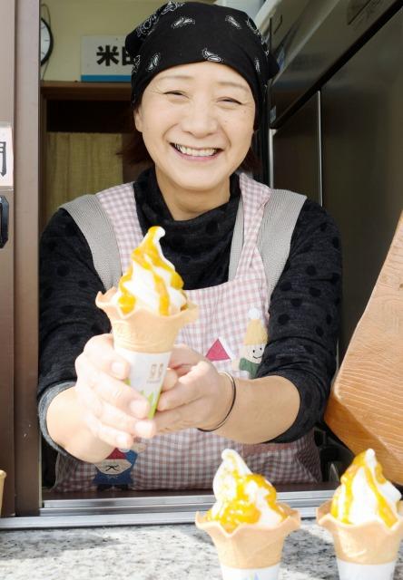 完熟梅の自家製ソースをかけたソフトクリーム=20日、福井県敦賀市木崎の米田牧場みるく屋