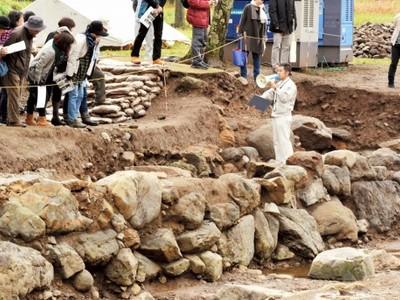 一乗谷朝倉氏遺跡に巨石護岸遺構 計画的な治水管理示す