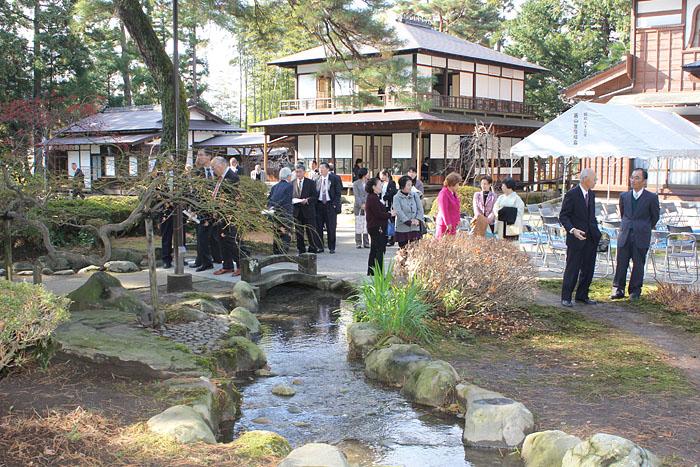 修復完了した庭園の池。奥は松桜閣=黒部市若栗