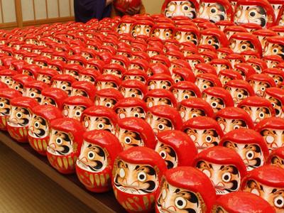 新年へだるまに目入れ 津幡町の倶利迦羅不動寺