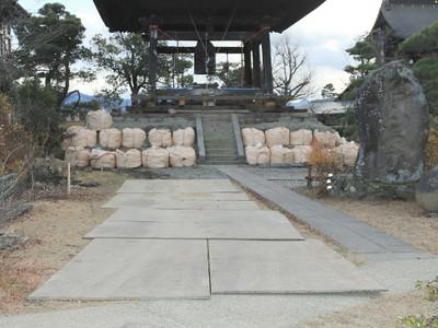善光寺、地震被害の鐘楼を移動へ 除夜の鐘に向け一時的に