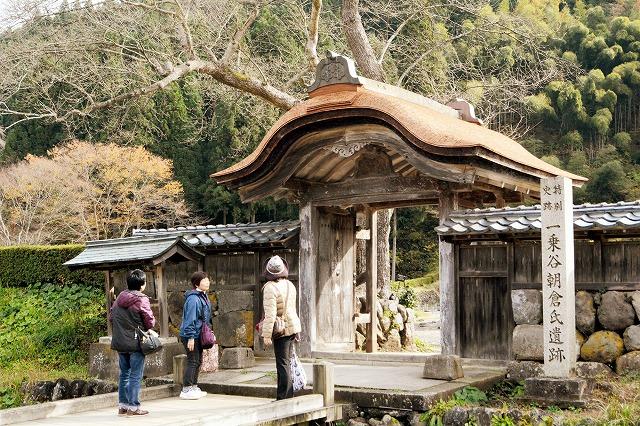 屋根の葺き替えが完了した唐門=福井市の一乗谷朝倉氏遺跡