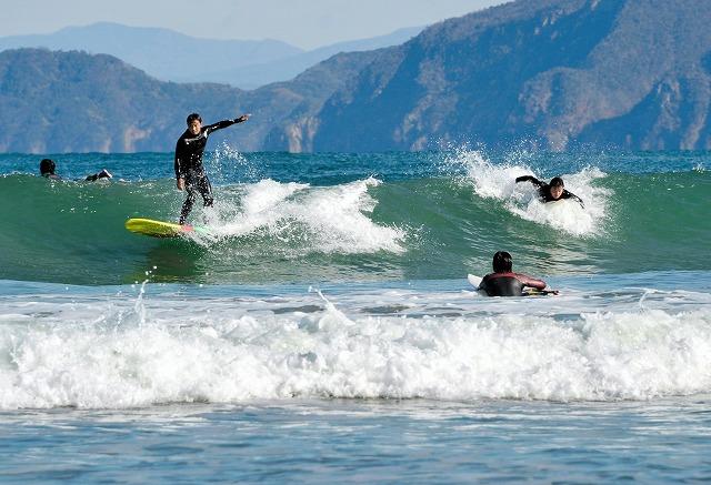 柔らかな日差しを受け、絶好の波を楽しむサーファー=3日、高浜町の難波江海水浴場