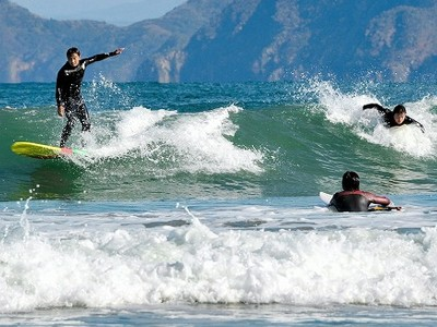 真冬の大波を一気に滑走 高浜の海岸、サーファーにぎわう