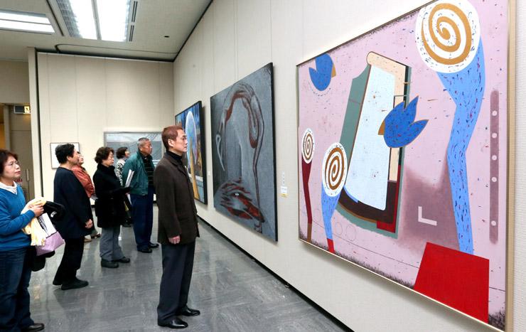 絵画の多彩な表現に見入る来場者=4日午前9時50分、金沢市の石川県立美術館