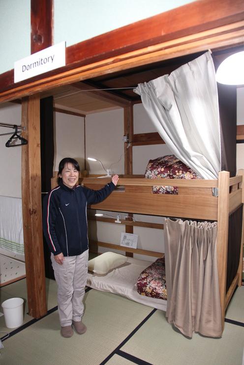 山本さんが旧民宿を改装して開いたゲストハウス。相部屋・ドミトリーは2段ベッドを設置した