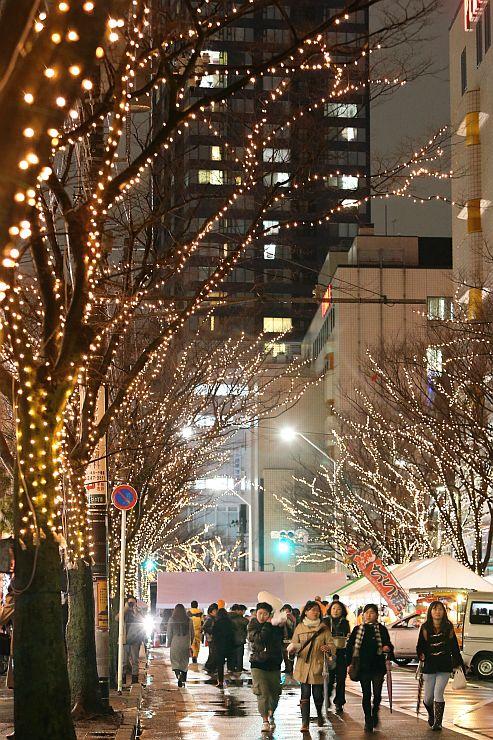 冬の夜空を光で彩った「NIIGATA光のページェント」(5日午後8時ごろ、新潟市中央区)