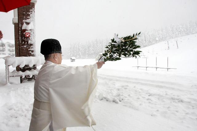 スキー場開きで安全やにぎわいを祈願した神事=5日、勝山市のスキージャム勝山