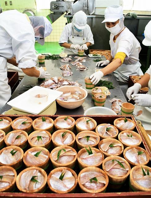 一つ一つ手作業で樽詰めされる小鯛のささ漬け=8日、小浜市川崎1丁目の加工会社