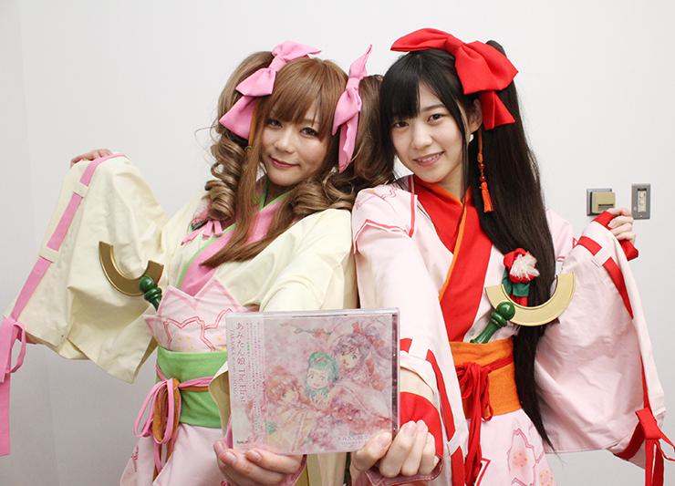 アルバムを手にするセシル役の玉樹さん(左)とカノン役の空野さん=北日本新聞高岡支社