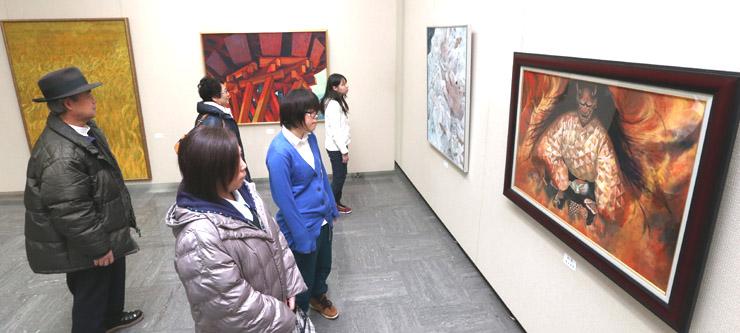 創造性豊かな力作群に見入る来場者=金沢市の県立美術館