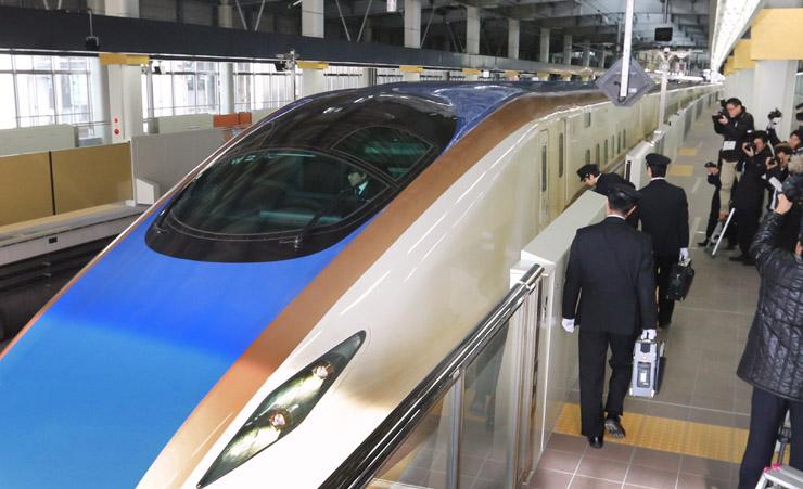 「W7系」の運転台に乗り込む運転士=JR金沢駅