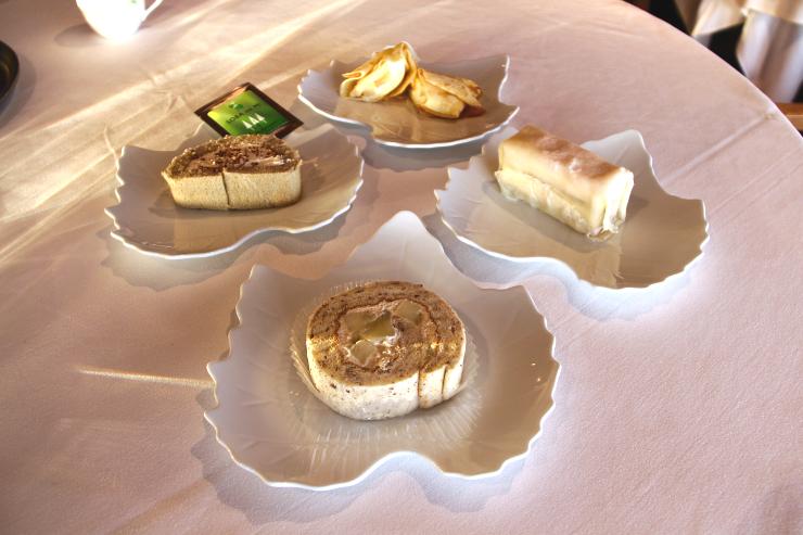 甘く煮たリンゴが入ったロールケーキ(手前)など、試食会に並んだ4種類のケーキ