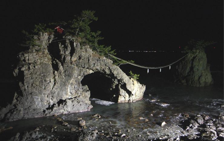 幻想的に浮かび上がった機具岩=志賀町富来七海