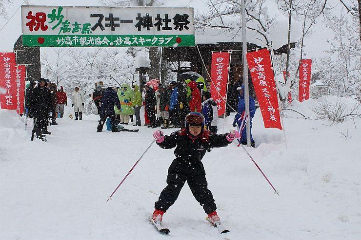 スキー神社の境内で初滑りを披露する園児=15日、妙高市関川