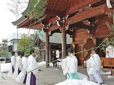 新潟・護国神社 迎える年に願い込め 神職らがすす払い
