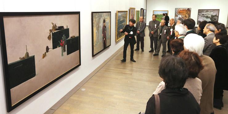作品を鑑賞する開場式出席者=17日午前10時、金沢21世紀美術館