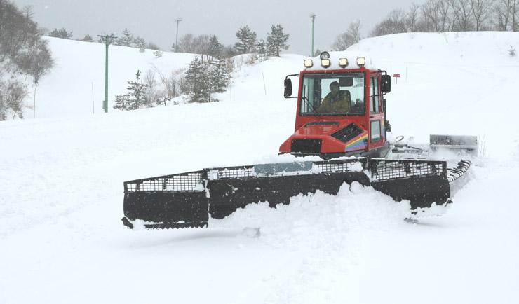 ゲレンデの圧雪作業を進める関係者=七尾市多根町の七尾コロサスキー場