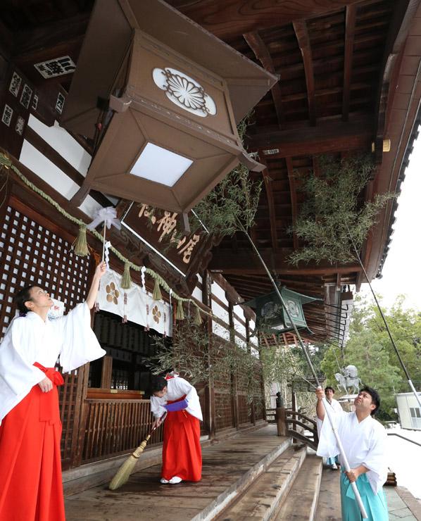 クロダケを使って拝殿のほこりを落とす神職=19日午前10時半、金沢市の尾山神社