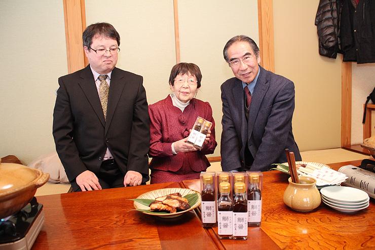 鰤醤を開発し、販売する片口屋の片口淑子社長(中央)と片口敏昭専務(左)。右は共同開発した宇多川教授=射水市の割烹「田舎」