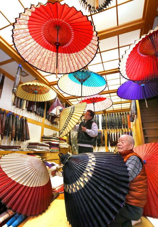 工房内に鮮やかな花を咲かせる金沢和傘=金沢市千日町