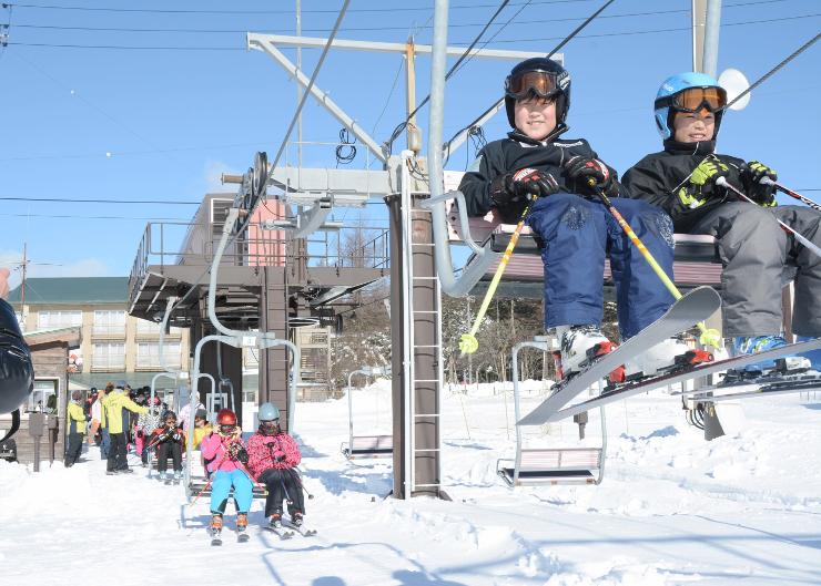 今シーズンの営業が始まり、多くの家族連れでにぎわう諏訪市の霧ケ峰スキー場