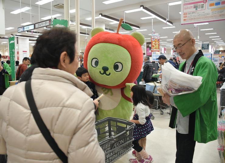 県の観光PRキャラクター「アルクマ」も登場し、買い物客に木曽路観光をPR=名古屋市