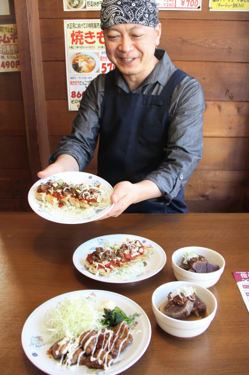 県内産の鹿肉を使った空揚げ(手前)、ギョーザ(持っている皿と下の皿)、おでん(小鉢二つ)