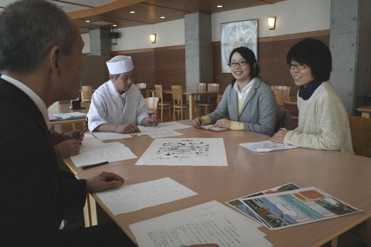 薬膳メニューを提案する上平さん(右)と笹井さん(右から2人目)=能登町のラブロ恋路