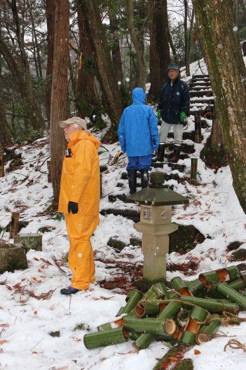 竹灯籠を設置する地域住民ら=21日、新潟市秋葉区