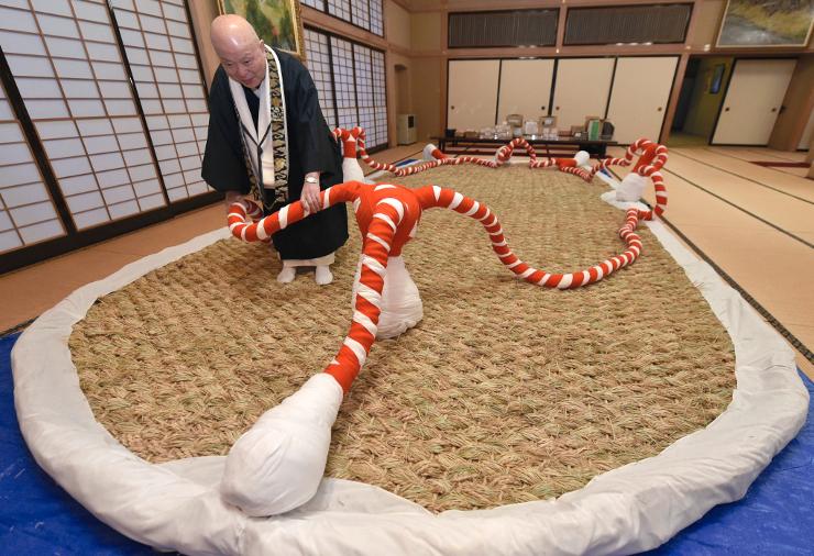 大安楽寺で住職らが手編みで作った大わらじ