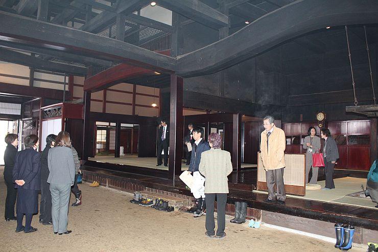 改修工事が終わった渡辺邸で、関係者向けに行われた見学会=22日、関川村