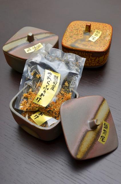 福井県越前町産サワラをふんだんに使って商品化したふりかけ=同町の「道の駅越前 お食事処かねいち」