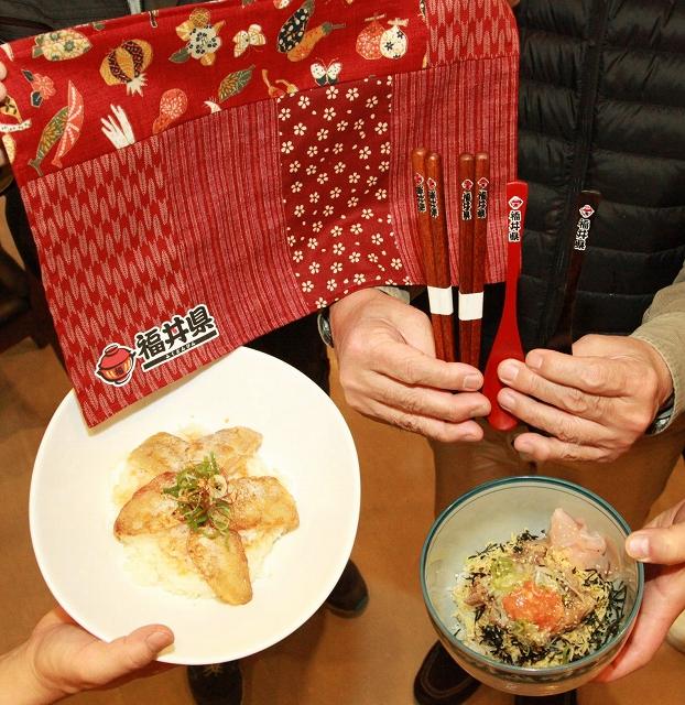 福丼に合わせた箸、スプーンとランチョンマット=福井県小浜市府中の「洋食家がじゅまろ」