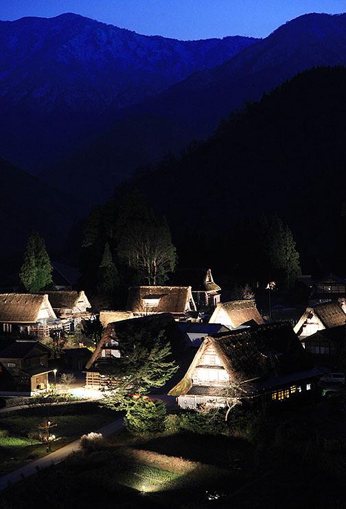 ことし11月のライトアップで、夜の山あいに浮かび上がる相倉合掌造り集落