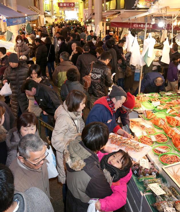 正月準備の買い物客でにぎわう金沢市の近江町市場