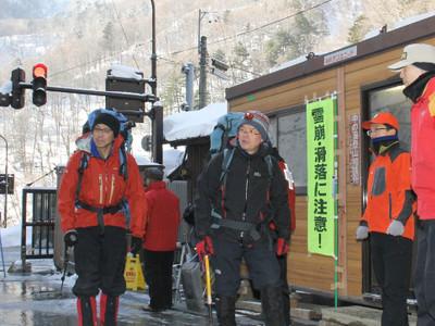 越年登山者に安全呼び掛け 北ア登山口
