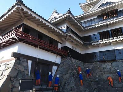 今年も1年お疲れさま 松本城で天守のすす払い