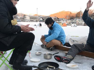 ワカサギ、その場で天ぷらに 小海・松原湖の一部で釣り解禁