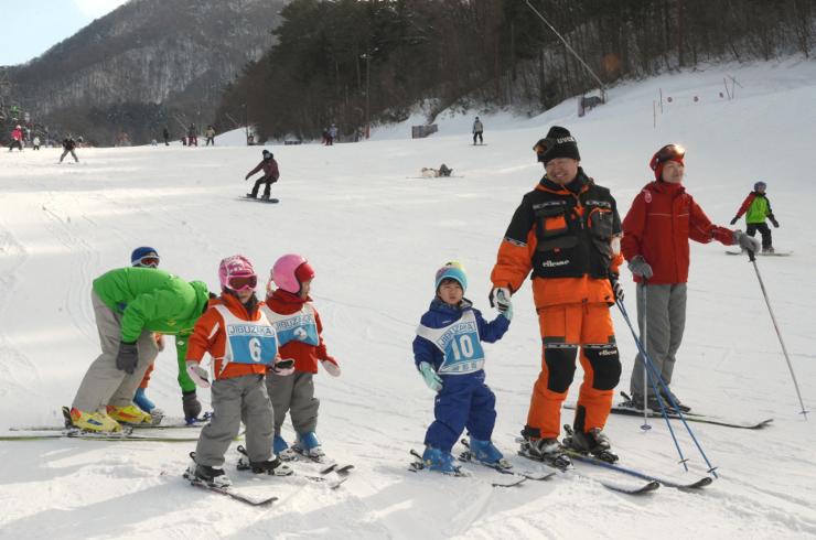 スキー教室に参加する中京圏などから訪れた子どもたち