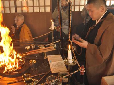 赤い炎に新年の無事願う 阿智村で護摩法要