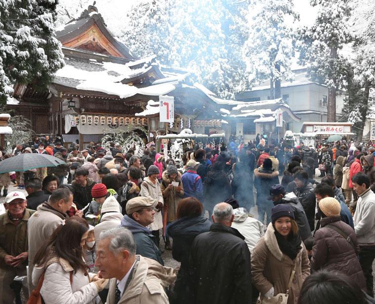 初詣客でにぎわう境内=白山市の白山比咩神社
