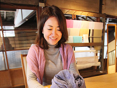 古里色の絹ストール 城端・松井機業、3月発売目指す