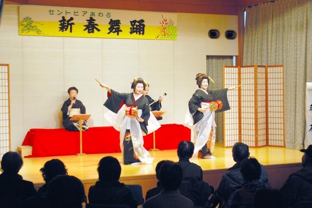芦原温泉の芸妓が優美な舞を披露した新春舞踊=4日、福井県あわら市のセントピアあわら