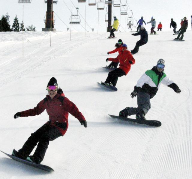 初滑りを楽しむスノーボーダー=12日、福井県勝山市のスキージャム勝山