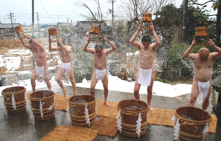 冷水をかぶる住職=七尾市小島町の長興寺