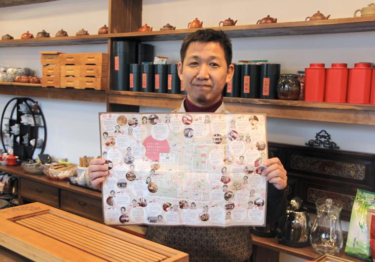 善光寺西側の店舗を紹介したマップを手にする木村さん