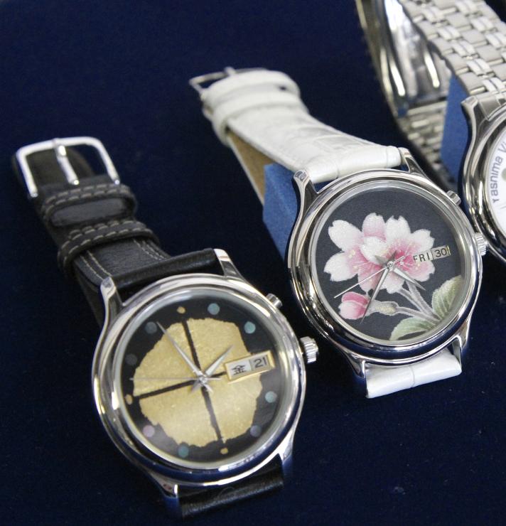 左から漆塗り、手描き友禅の文字盤をあしらった新モデルの機械式腕時計