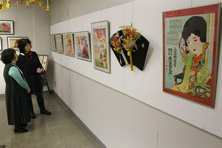 さまざまな図柄の引札が並ぶ企画展=新潟市西蒲区